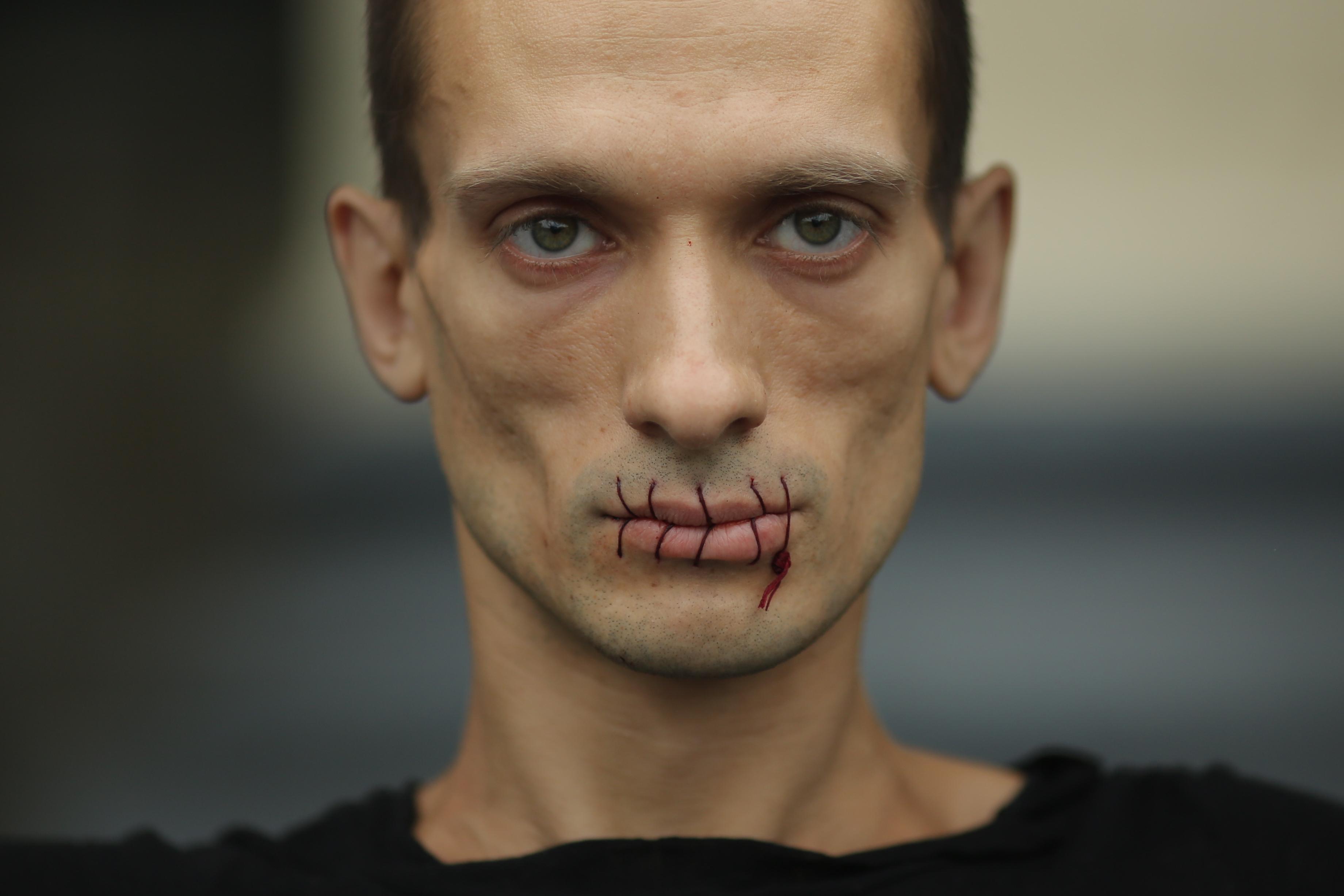 Suture, Piotr Pavlenski, 2012