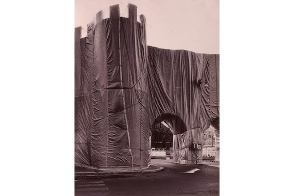 Christo, Roman Wrapped Wall, Porta Pinciana et Mur Aurélien, photo de Massimo Piersanti, vue du toit-terrasse et de l'hôtel l'Hôtel Jolly (actuellement Hôtel NH), Rome 1974. Courtesy archivio Massimo Piersanti.