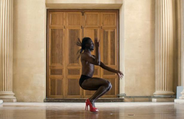 Red Shoes (Kendall Mugler), 2015, série House of HMU, photogramme © Frédéric Nauczyciel