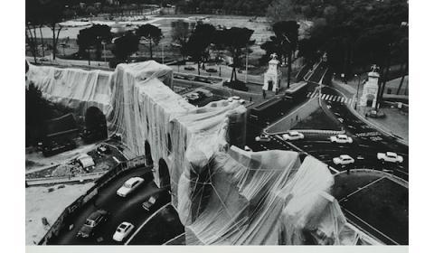Christo, Roman Wrapped Wall, Porta Pinciana et Mur Aurélien, photo de Massimo Piersanti, vue du toit-terrasse de l'Hôtel Flora (actuellement Hôtel Mariott), Rome 1974. Courtesy archivio Massimo Piersanti.